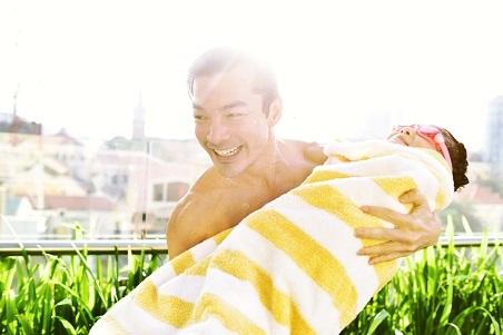 Bố con Trần Bảo Sơn nô đùa dưới bể bơi