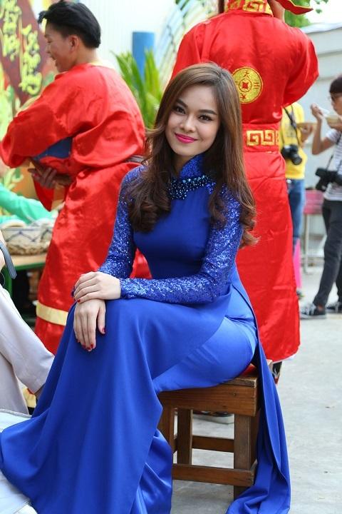 Nữ ca sĩ còn tham gia cả những trò chơi dân gian tại hội xuân cùng các đồng nghiệp.
