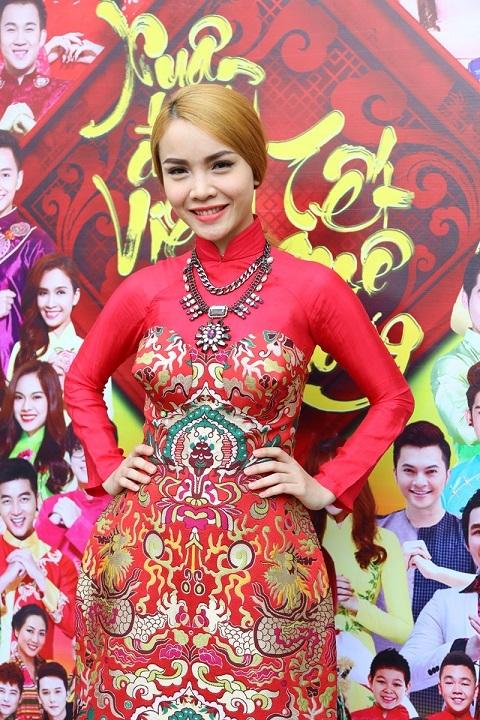 Yến Trang diện trang phục áo dài được thiết kế rất ấn tượng, mang đậm không khí Tết.