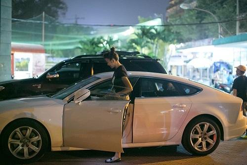 Thanh Hằng lái xe hơi chở Dũng khùng đi xem phim