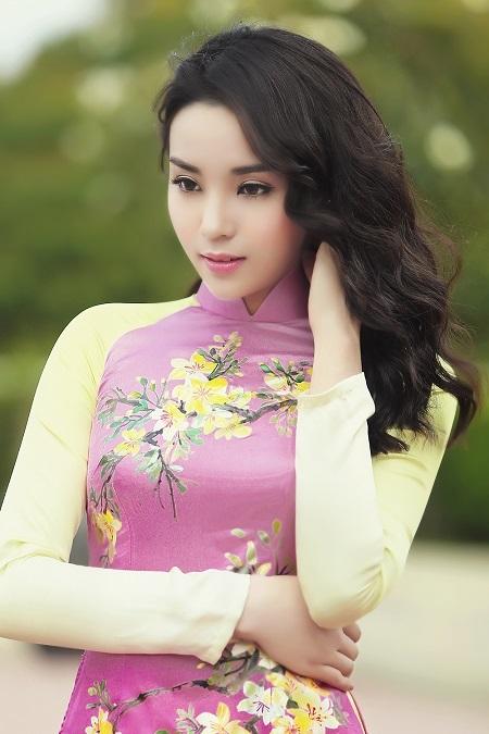 Đương kim Hoa hậu Việt Nam diện áo dài hồng nhẹ nhàng, thướt tha cùng với mái tóc dài uốn xoăn nhẹ.