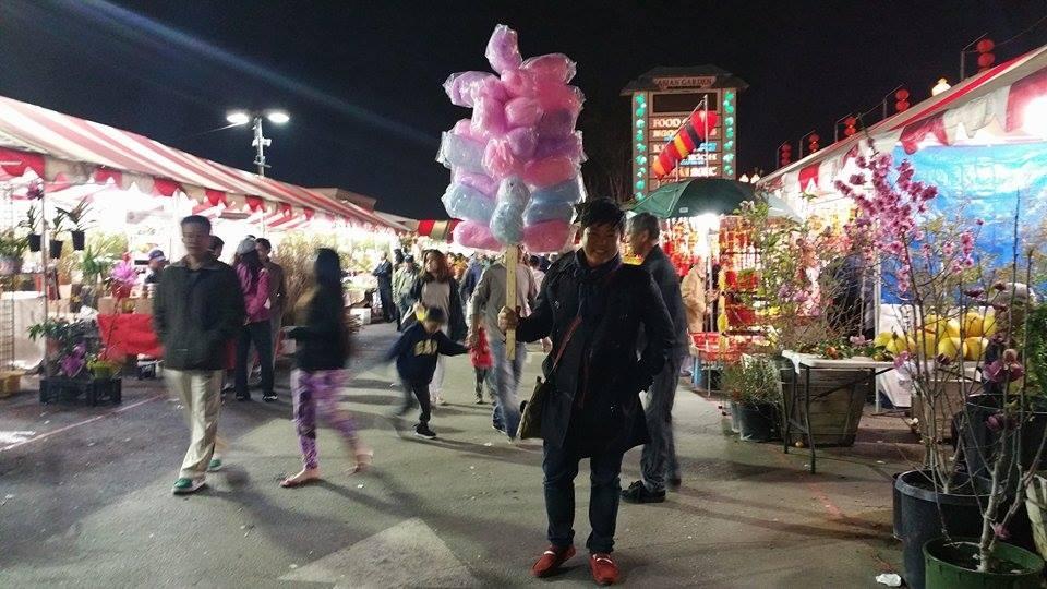 Nam ca sĩ thích thú đi chợ Tết