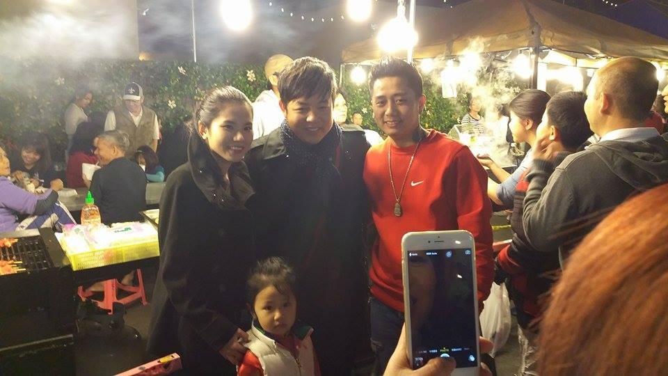 Một gia đình khán giả kiều bào chụp ảnh lưu niệm cùng Quang Lê