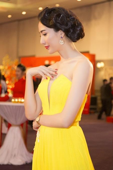 Người đẹp tạo dáng chuyên nghiệp trước ống kính và thu hút nhiều ánh nhìn hướng về mình.