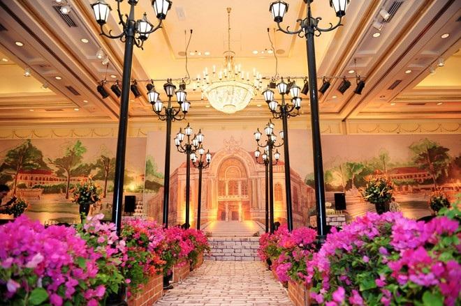 Không gian tiệc cưới của Ngân Khánh được dàn dựng như một khu phố Sài Gòn thu nhỏ những năm 1950.