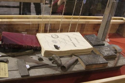 Những quyển sách xưa được trưng bày trang trọng trong tủ kính bên cạnh những cổ vật quý hiếm.