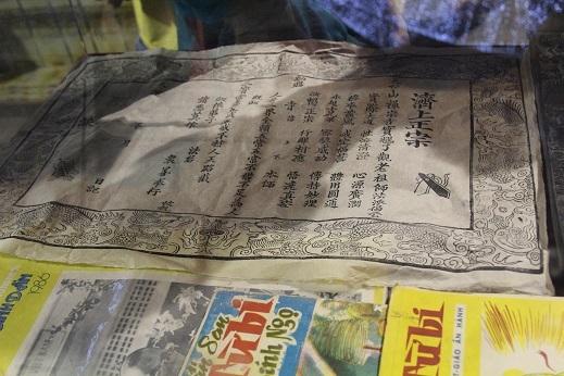 Những tài liệu cổ bằng chữ Hán và các tạp chí xưa cũ cũng được xuất hiện tại gian hàng này.
