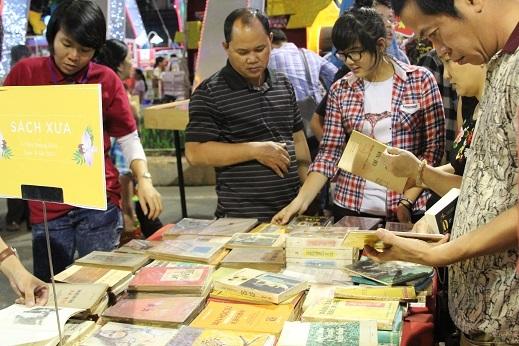 Quầy sách xưa thu hút sự quan tâm rất lớn của đông đảo khách tham quan.
