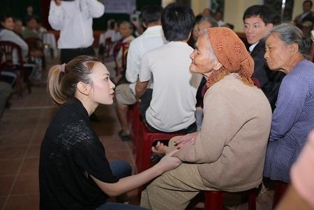 Nữ ca sĩ ân cần, hỏi han về sức khỏe và hoàn cảnh của các cụ lớn tuổi trong buổi từ thiện.