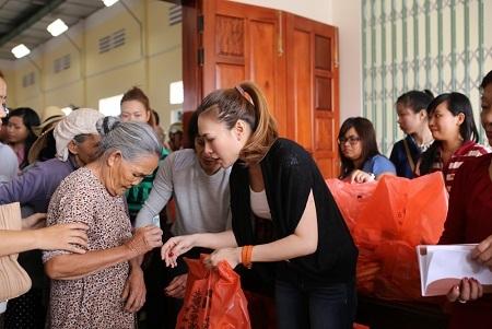 Đích thân Mỹ Tâm tận tay trao những phần qua Tết ấm áp cho bà con nghèo tại quê hương mình.