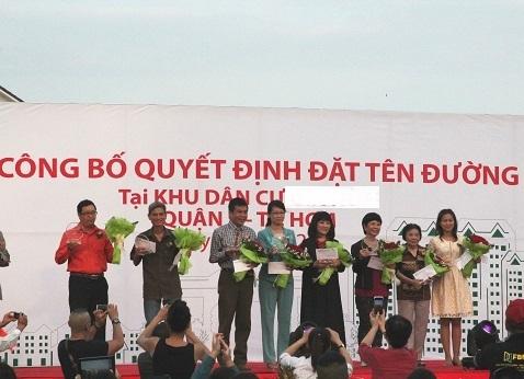 Đại diện gia đình của 8 cố văn nghệ sĩ được đặt tên đường lên nhận kỷ niệm chương từ UBND Q.9