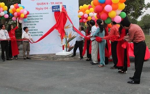 Đại diện các gia đình cùng với lãnh đạo sở và quận thực hiện nghi thức mở tên đường.