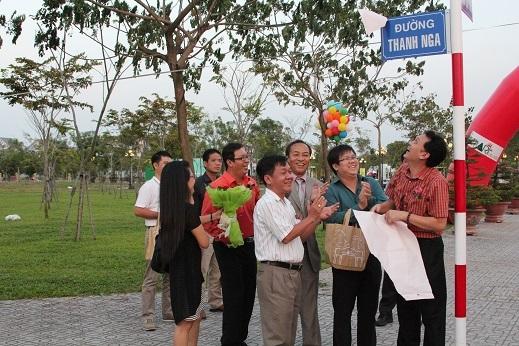 Gia đình NSƯT Thanh Nga hạnh phúc mở bảng tên đường của nữ nghệ sĩ.