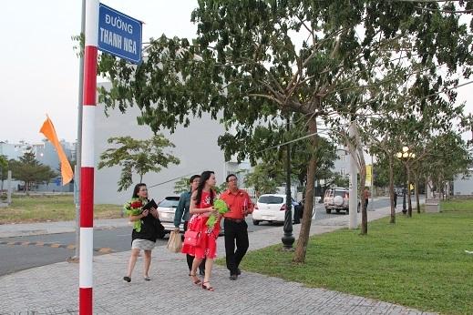 Gia đình nghệ sĩ Hà Linh và Gia Bảo đi dạo trên con đường được đặt tên của NSƯT Thanh Nga.