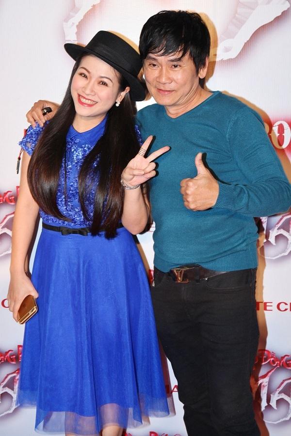 Vợ chồng nghệ sĩ hài Kiều Linh - Mai Sơn tình cảm cùng nhau đi xem phim.