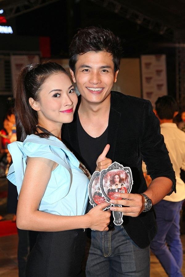 Cặp đôi diễn viên Tuyết Trinh - Mã Hiểu Đông hào hứng trước giờ lên rạp xem phim.