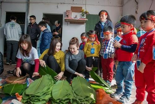 Cùng với nhóm từ thiện, á hậu Tú Anh hào hứng tham gia vào các công đoạn gói bánh.