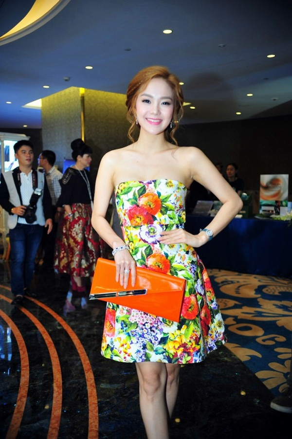 Chọn chiếc váy hoa ngắn để tham dự sự kiện,