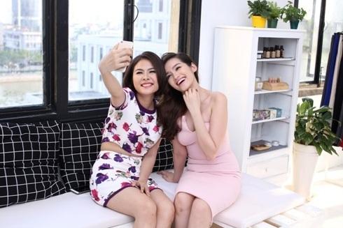 Vân Trang và Trúc Diễm vui vẻ cùng nhau trong buổi thử váy