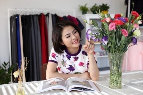 Vân Trang nghịch ngợm cùng hoa trong khi chờ ướm thử những chiếc váy hoa thực sự