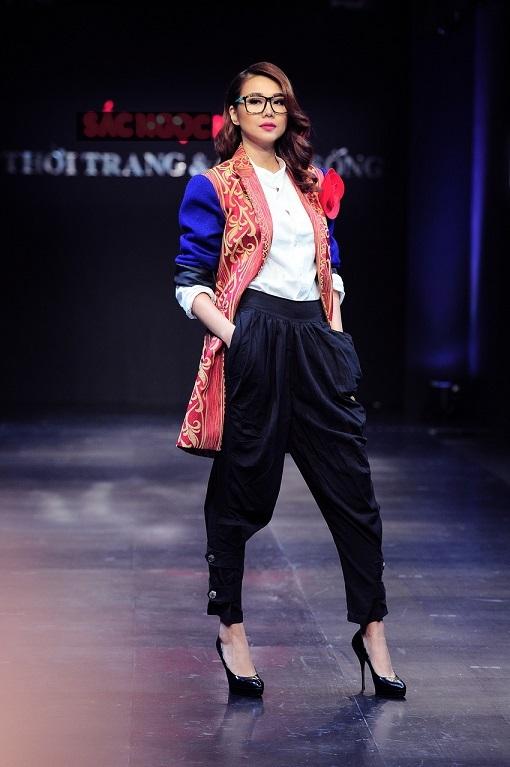 Chiếc đầm dạ hội đuôi cá sặc sỡ khiến cho Thanh Hằng trở nên lộng lẫy dưới ánh đèn sân khấu.