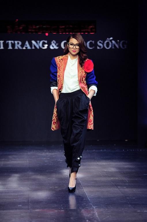 Phong cách lạnh lùng cùng với những sải bước chuyên nghiệp của nữ chân dài nổi tiếng.