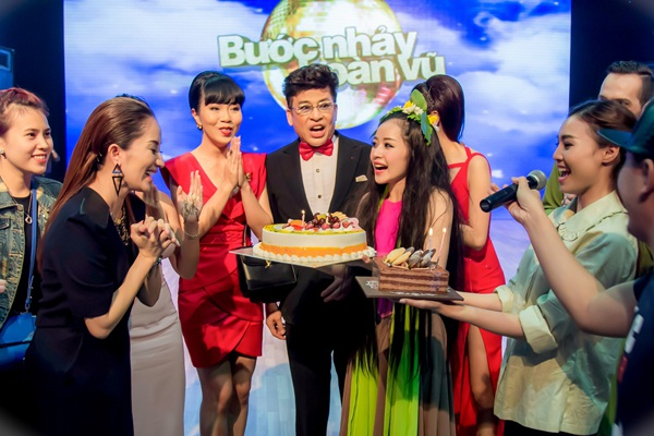 Nữ giám khảo hạnh phúc hát mừng bài ca Happy Birthday cùng mọi người.