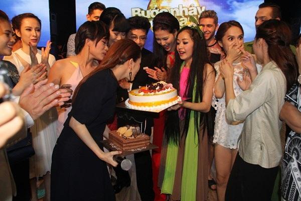 Hoa và quà đã được các học trò của Khánh Thi chuẩn bị từ sớm để mang đến cho cô.