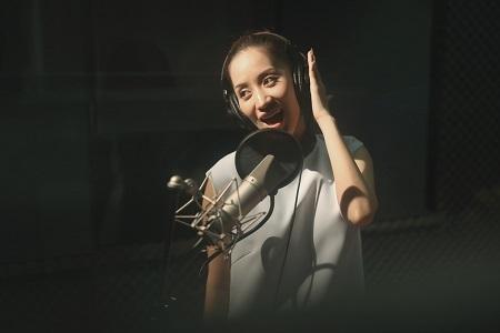 Lần đầu song ca cùng nhau, Khánh Thi và bé Linh Hoa tỏ ra khá ăn ý trong phòng thu.