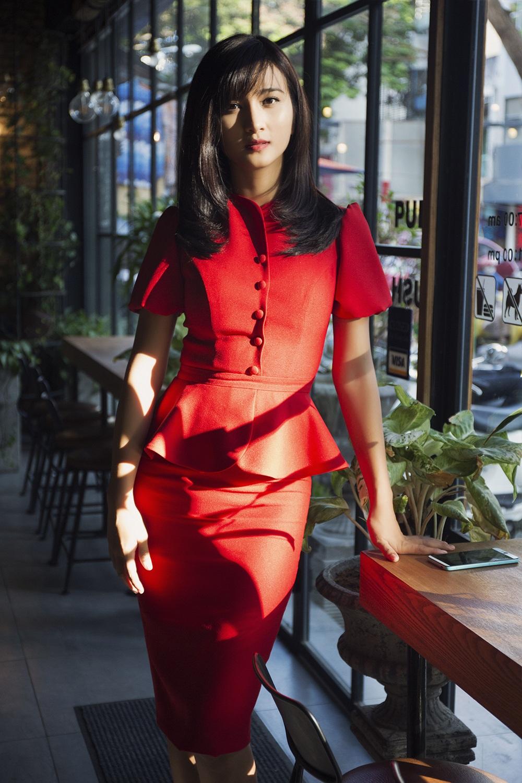 Chọn cho mình bộ đầm đỏ kín đáo nhưng Kim Tuyến vẫn rất thu hút trong buổi gặp gỡ ê kíp làm phim.