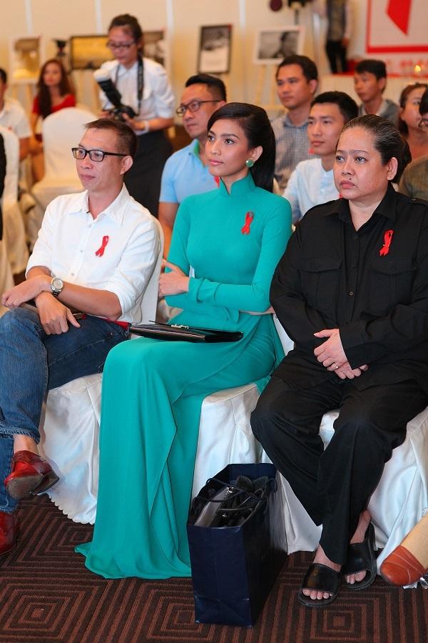 Người đẹp cùng với mẹ của mình xuất hiện giản dị tại sự kiện và chăm chú theo dõi chương trình.