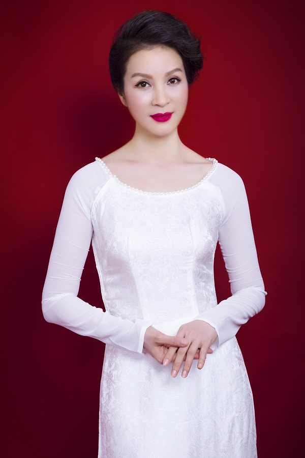 MC không tuổi Thanh Mai biến hóa cùng tà áo dài Việt