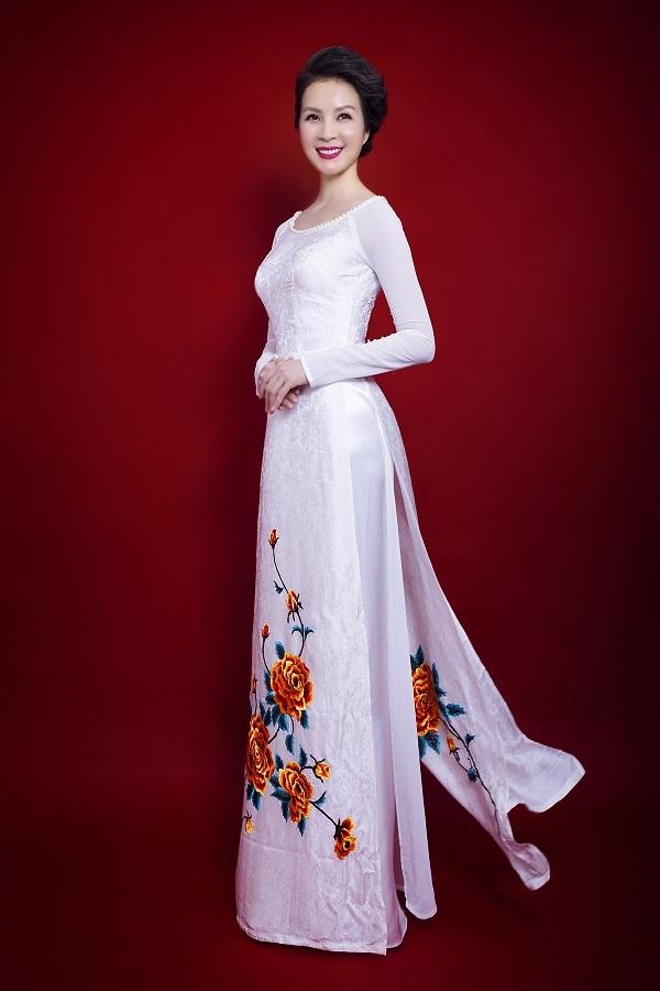 Những bộ áo dài được thiết kế khá đơn giản nhưng không làm giảm đi vẻ nổi bật của Thanh Mai.