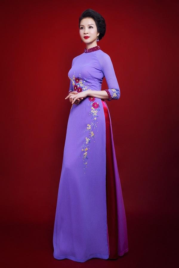 Nụ cười nhẹ nhàng cùng tà áo dài thướt tha càng tôn lên nét duyên dáng của người phụ nữ.