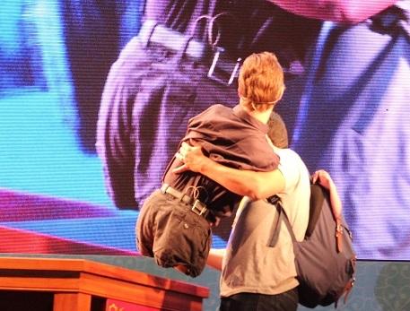 Nick được người thân trợ giúp khi lên sân khấu