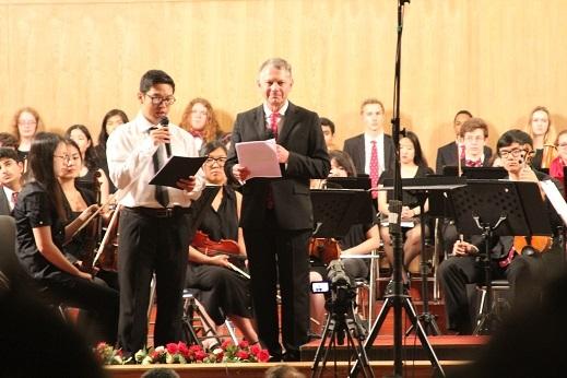 Đại diện Học viện Phillips Exeter phát biểu trong đêm nhạc