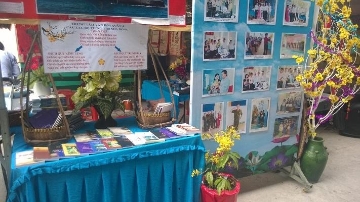 Một gian hàng của câu lạc bộ thơ đến từ quận 8, Tp.HCM đã sẵn sàng cho ngày hội (Ảnh: Trí Hòa)