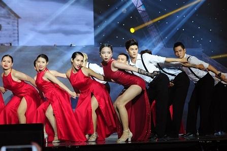 Phần trình diễn cuốn hút của Tóc Tiên nhận được rất nhiều sự cổ vũ của khán giả.