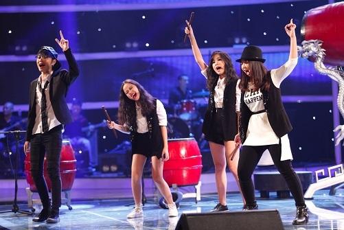 Nhóm 4 chị em tiếp tục trổ tài hát hay, chơi nhạc cụ dân tộc giỏi