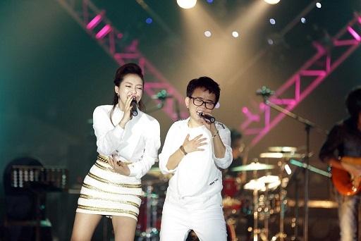 Đinh Hương hòa giọng cùng Phương Uyên trong tiết mục đậm màu sắc rock cùng ca khúc