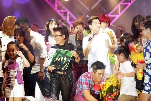 Ca sĩ Quang Linh cũng tham dự và song ca cùng Phương Uyên bài hát