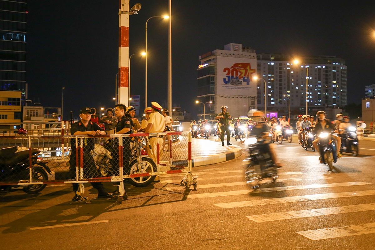 Trên cầu, tổ cảnh sát giao thông và cảnh sát cơ động làm nhiệm vụ bảo vệ và điều tiết giao thông