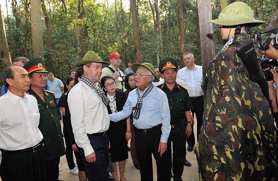 Thủ tướng Nga tham quan Dinh Thống Nhất, ngắm đường phố Sài Gòn