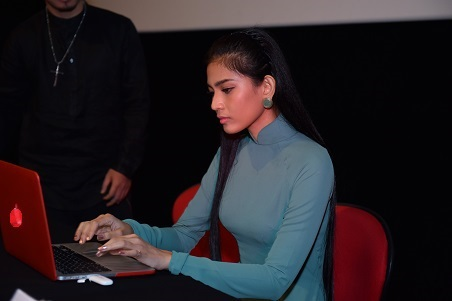 Á hậu Trương Thị May và diễn viên Chi Pu tiên phong ký tên hưởng ứng chiến dịch Về đi Vàng ơi