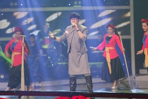 Nghệ sĩ ưu tú Thành Lộc cũng xuất hiện trong tiết mục mở màn với phần hòa giọng cùng các thí sinh.