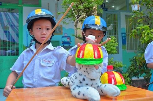 Các em học sinh hào hứng tham gia các trò chơi tìm hiểu về an toàn giao thông