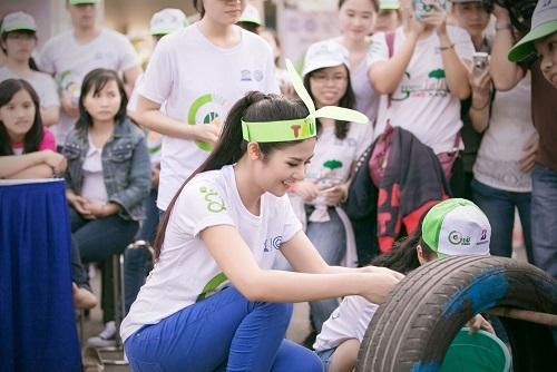 Người đẹp nhiệt tình hòa mình vào các trò chơi vận động cùng các bạn trẻ.