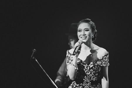 Ngược lại, nghệ sĩ ghi-ta Oshio Kotaro đã hát bè tiếng Việt cho Mỹ Tâm khi nữ ca sĩ hát bài