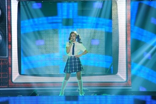 Hát lại bài hit của Britney Spears, Đông Nhi vượt lên dẫn đầu