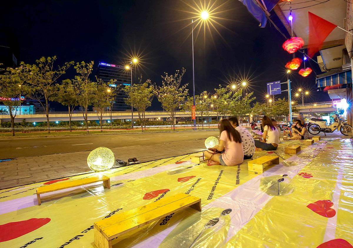 Những bạn trẻ đến sớm tìm cho mình một chỗ ngồi đẹp để thưởng thức màn trình diễn pháo hoa